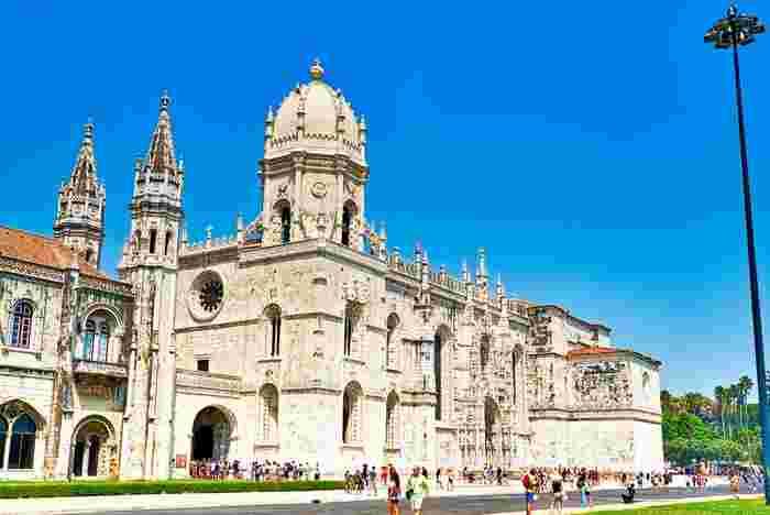 世界遺産に登録されている「ジェロニモス修道院」。300年以上かけて造られているだけあって、遠目から見ただけでも圧倒されてしまいます。その完成度の高さゆえに、ポルトガル建築の最高峰として称賛されています。