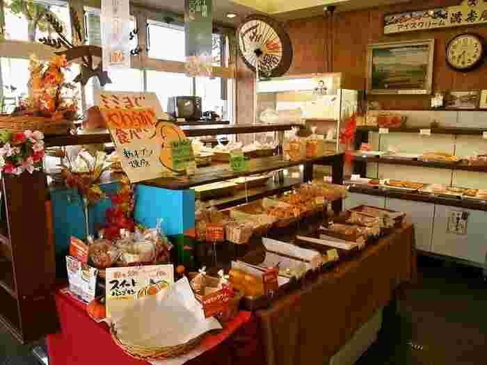 「懐かしい」味のパンが好きな人には、たまらないお店。十勝産大豆のこしあんがたっぷりと入った「アンパン」や、「クリームパン」などの定番商品は、裏切らない味です。