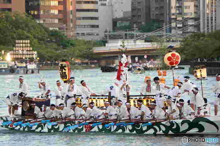 大阪市内を悠然と流れる大川の上には、多くの船が行き交い、大阪市内は活気に満ち溢れます。
