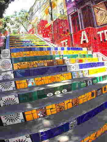 リオに住んでいたチリ人の芸術家・ホルヘ・セラロンが、世界中から何百枚もの色鮮やかなタイルを集め、215段の階段に制作。なんと20年以上もの年月を費やし造られたという、ブラジルへの愛に溢れた作品です。