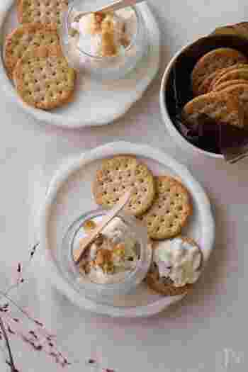 パンに塗る定番のバターやクリームチーズも、ひと工夫で風味が増し、おいしい「パンのおとも」に! クリームチーズにお好みのジャムを混ぜれば、バゲットやベーグルにぴったりのディップの完成です。刻んだブラックオリーブを混ぜたオリーブバターもおすすめ。
