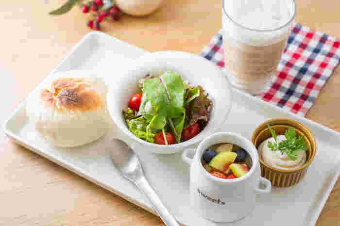 白を基調にした内装が爽やかで明るい雰囲気のカフェ。モーニングのメニューは何と14種類も!朝からどれにしようか迷ってしまいます。ドリンクのメニューも豊富で、ドリンクの単品のオーダーで半トーストとミニソフトクリームが付くサービスもありますよ◎