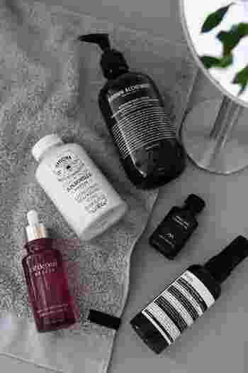 タオルで水分を拭き取り、乾ききったお肌に塗るよりも、多少水分を残した状態でボディクリームなどのアイテムを丁寧に塗りこみましょう。