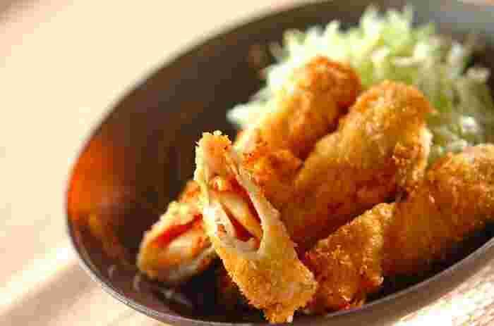 豚肉にキムチとチーズを巻いて揚げたトンカツです。とろけたチーズのまろやかさとピリ辛キムチがマッチ。ソースなどをかけなくてもおいしく食べられます。