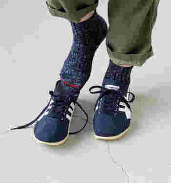 細やかな縫製技術や染色、素材を大切にした作法で作られた「maunaKeaスラブネップLOWSO」は、秋冬にしっくりくる深みのある「ネイビーカラー」の靴下。厚みのある生地で、寒い季節もあたたか♪