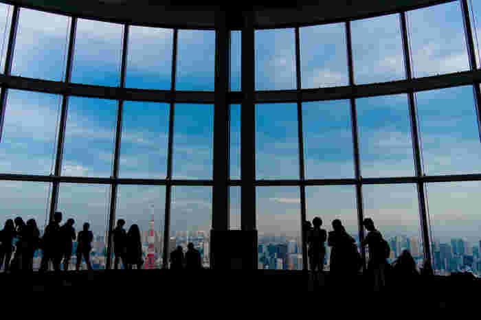 六本木ヒルズ52階にある展望台「東京シティビュー」。大きな窓から東京の街を眺めます。