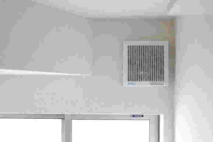 セリアで買える換気扇の排気口フィルター。あらかじめ排気口の枠にマジックテープを貼り付けておき、これを装備するだけで、いつも大変で敬遠しがちなフィルター掃除があっという間に終わります。