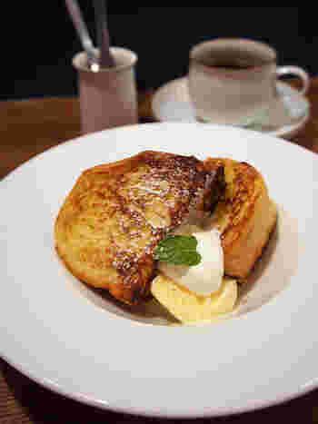 甘いモノを食べたくなった時には「フレンチトースト」がおすすめです。  卵の優しい香りに加えて、しっとりとした食感のパンは爽やかな甘さに包まれています。さらにバニラアイスと合わせると幸福感が口の中に広がっていくこと間違いなしです♪