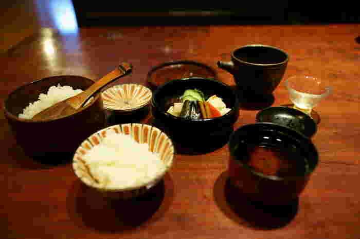 京都では、お茶のことを「おぶ」又は「ぶぶ」、お漬物のことを「お漬け」、そしてお茶漬けのことは「ぶぶ漬け」といいます。京都は宇治がお茶の名産地であり、京野菜がふんだんに採れることから漬物文化も発展しています。江戸時代からお茶漬けは庶民に親しまれており、京都の人々は昔からお茶漬けをよく食べていました。