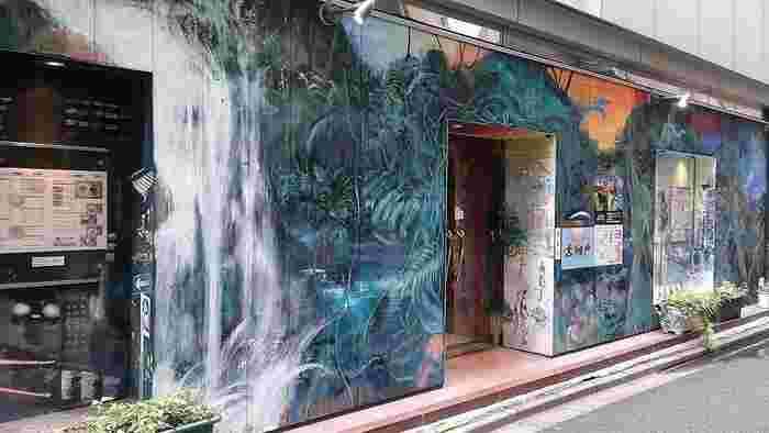 大絵晃世さんによる外壁画「神保町グローバリズム」。