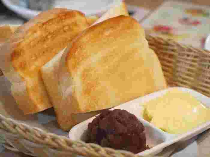 名古屋のモーニングとして有名な小倉トースト。小倉あんとバター、和洋の組み合わせが少し不思議ですが、これが相性抜群なんです。小倉トーストの世界を、ちょっとのぞいてみましょう。