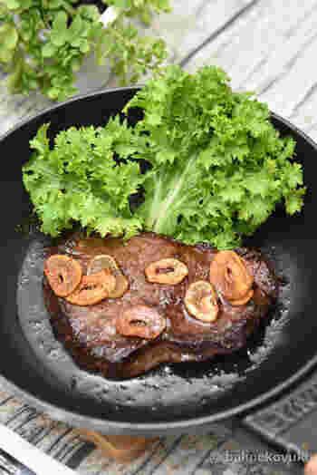 余分な肉汁をキッチンペーパーでしっかり拭き取ること、そして塩・こしょうをふりかけること。これだけは必ず調理前にやっておきましょう。ロース肉の筋には包丁で数カ所切り込みを入れます。細切りにする場合は、繊維に沿って切るように。 ソテーやステーキ用の肉は、肉たたきやめん棒、包丁の背などで叩いて繊維を壊すと柔らかく仕上がります。
