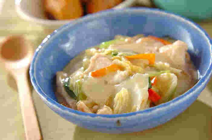 牛乳はいつも冷蔵庫にあるけど、生クリームは常備していないおうちも多いですよね。生クリームなしでも作れるレシピはたくさんありますよ♪ こちらは白菜などの野菜と鶏肉を煮込んだクリーム煮を、牛乳とスープで煮込んだあと、水溶き片栗粉でとろみをつける作り方です。