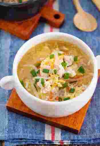 ヘルシーな鶏ひき肉ともやしのかき玉スープ。包丁を使わない簡単レシピで、5分もあれば完成します。胃腸にやさしいスープなので食欲のないときにもおすすめです。