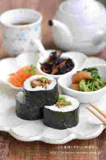 リーフレタスと一緒に巻いて海苔巻きにもできちゃいます。 おうちごはんとしても喜ばれますし、そのまま海苔巻き弁当なんていかがでしょう?お野菜を中心とした副菜を一緒に詰め合わせれば、お腹も満足するちょっとリッチなお弁当の出来上がりです。