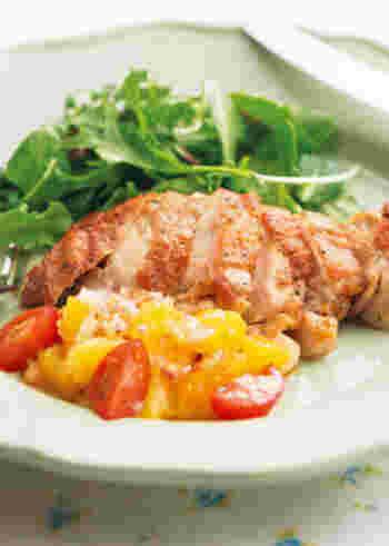 チキンなどによく合う、オレンジベースのフレッシュなサルサソース。夏には、こんな爽やかな味もいいですね。美しいビタミンカラーにも元気をもらえそう♪