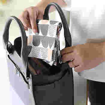 コットン100%のふんわりした肌触りで、水分を優しく吸い取ってくれます。また、50㎝角の大判サイズなのでハンカチとしてはもちろん、お弁当箱をつつんだり、バッグの中身の目隠しに使ったりと用途は様々。毎日一緒に出掛けたくなるアイテムです。