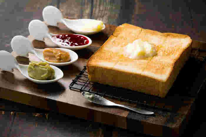 イートインメニューの注文の仕方はとってもカンタン。「2種類の食パン」「トーストかそのままか」「ジャムやバターの付け合わせ」の3つのポイントを選ぶだけです♪付け合わせでは、最大でジャム3種とバター1種類を選べるので、ぜひ食べ比べしてみてくださいね。高級食パン専門店「嵜本」は全国にショップがありますが、このメニューはここだけでしか食べられないので、難波に行った際は要チェックです!