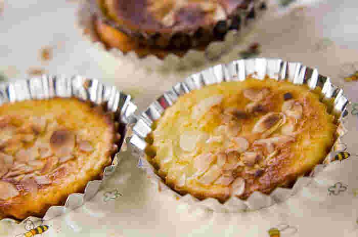 おやつの定番「マドレーヌ」も、フライパンでささっと! マドレーヌ型に生地を入れ、フライパンでじっくり焼くだけ! アーモンドを散りばめたり、ジャムを混ぜ込んだりと、アレンジも自由自在です。 いろいろな味を試してみてくださいね。