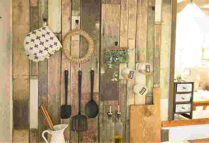 棚に並べるのが難しい道具類は、壁のスペースを活用しましょう。細かい物があふれるキッチンを、すっきりまとめられますよ。こちらは、木目シートでデコレーションしたブリキ素材のプレートを壁に貼ったもので、マグネットのフックなどを留める事ができます。