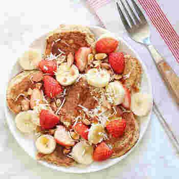 小麦粉を一切使わず、オートミールだけで作るパンケーキ。砂糖は使わず、バナナの甘さとメープルシロップのみのヘルシーレシピ。