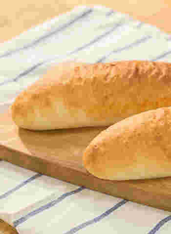 コッペパンを買って、好きな具をはさむのもいいですが、基本のパンを自分で作ってみるのも楽しそうですね。手こねでも意外と簡単に作れますので、ぜひどうぞ。以下のリンク先に、作り方の動画もあります。