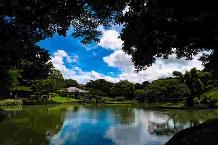 識名園も、琉球王国のグスク及び関連遺産群として登録された世界遺産です。琉球王家の最大の別邸で、国王一家の保養や外国使臣の接待などに使われていた琉球庭園です。庭園には池があり、石橋がかかっていて、六角堂もあります。池の反射が美しい識名園を散策してみてはいかがですか?
