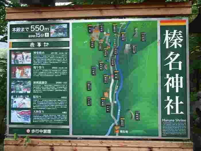 本殿まで約500メートル、山の渓谷に添って参道が伸びているので、涼を感じるスポットとしてもおすすめ。