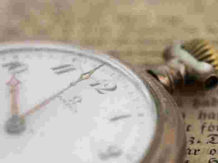 「アンティーク風」でも素敵なものが多いですが、いつかは手に入れてみたい本物の『ヴィンテージ&アンティーク腕時計』。この記事では、『ヴィンテージ&アンティーク腕時計』が少しでも身近に感じられるよう、その正しい使い方や知識など、魅力をたっぷりご紹介していきます。