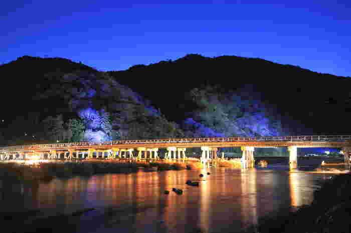 また冬に開催される「嵐山花灯路」では、いろいろなところがライトアップされ、渡月橋も美しく光り輝きます。優美で荘厳な雰囲気が漂い、異世界に来たような感覚に。