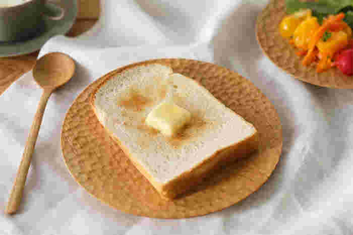 彫刻刀の彫り跡がお皿の模様になって、表情豊かにしてくれています。丸皿(大)は食パンを置くのに丁度いいサイズです。木の吸湿効果でトーストも湿気ずにおいしくいただけます。