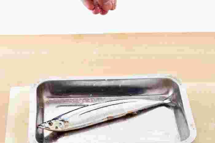 魚の上(20cmくらい)から、全体にまんべんなく塩を振りかけます。量は「ちょっとかけすぎ」かな?と思うくらいがベストです。振り掛けた塩は、手で魚になじませるように軽く塗り込みます。魚の裏面にもしっかりと振っておきましょう。