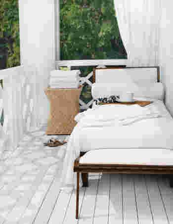 もし、デッキがあるなら外に横になれるソファを置くのも素敵。暖かい日に外でうとうとする時間は幸せでしょうね。
