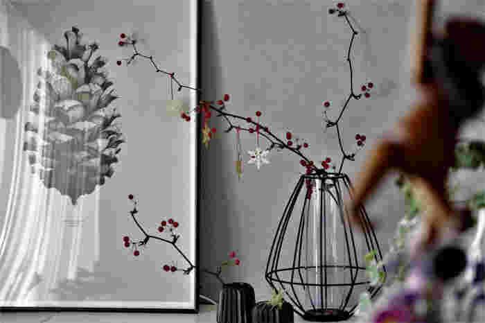 クリスマスといえば、リースとツリーを飾るのが一般的ですが、サンキライの枝などを取り入れるだけでも、素敵なクリスマスのインテリアに!
