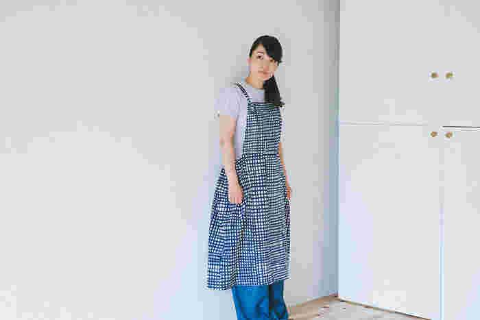 無料型紙と布の通販サイト『nunocoto fabric』さんでは、大人用のエプロンワンピースの型紙が公開されています。 パーツの形もシンプルですし、まっすぐ縫うだけでできちゃいます。 ちょっとアレンジして小さいサイズで作ればキッズ用にもなりますね。