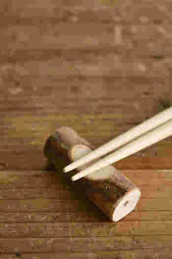 まるで切り株のような愛嬌たっぷりの箸置き。裏面を削いでいるので、安定感がありますよ。 箸はもちろん、木材や金属のカトラリーとも好相性。青森ヒバならではの高い抗菌効果で、食卓で安心してお使いいただけます。