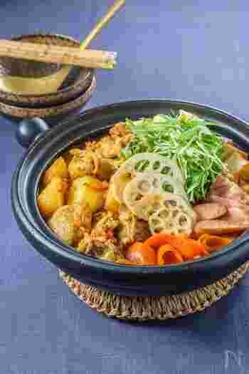 鶏もも肉のほかに手羽元を使うことで、骨からいいだしが出て奥深い味わいに。肉のうまみと野菜の美味しさが溶け合って、まさに絶品のエスニック風スープカレー鍋が完成。スープカレーとしてもお鍋としても楽しめますね。