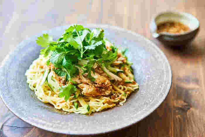 ささみとキュウリ、パクチーで作る冷やし中華は、痺れるような辛さの味噌ダレがポイントです。  このタレのレシピをしっかりマスターしておけば、トマトやカイワレなど、色々な具材のアレンジも楽しめますね。新しい冷やし中華のレシピです。