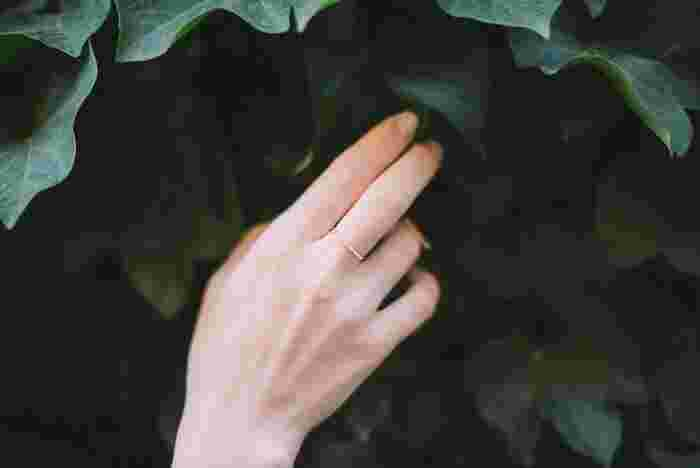 中指にはめる指輪は「ミドルフィンガーリング」と呼ばれます。5本の指の中央という意味です。 「直感」や「ひらめき」の象徴である中指は、創造的な仕事をするのに大切な指です。高いゴールを目指す時や、インスピレーションを高める時に最適なので、仕事運を高めたいときにおすすめです。