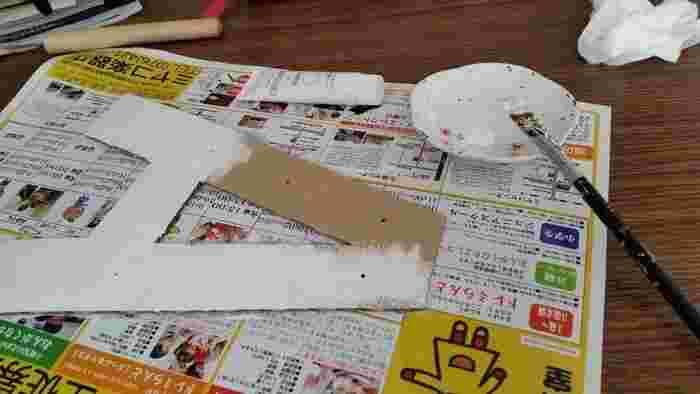 絵の具やスプレーなどを使って、インテリアにあう色に塗りましょう。ヴィンテージライクにするなら、茶色でサビっぽいアレンジを加えるといいですね。