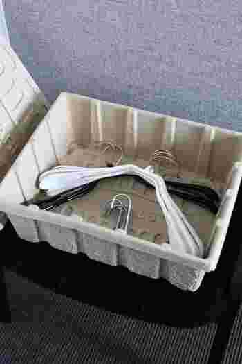 使わないハンガーはボックスにまとめて入れておくと、ポールの空スペースを有効活用できます。ハンガーを買うときには、種類やサイズを合わせて、収納箱のことも念頭に置いて選べたら完ぺき◎