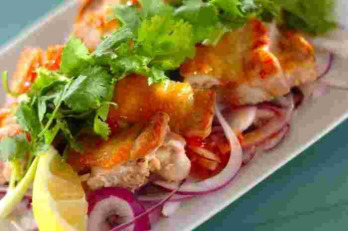 ピリ辛のチリソースがおいしい鶏のエスニックソテー。下に敷き込んだ紫玉ねぎは、見た目が美しいだけでなく、肉といっしょに食べることでさっぱりした味わいにしてくれます。