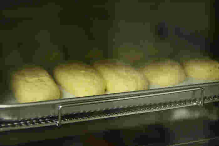 ビスコッティやクッキーなど簡単な焼き菓子ならトースターでも作ることができます。トースターもあらかじめ予熱しておくときれいに焼きあがります。付属のトレーにアルミホイルを敷いて使うと、あと片付けもラクですよ。