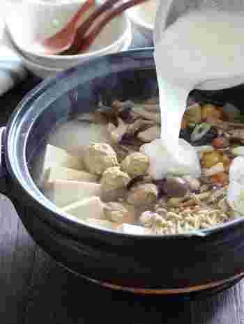 醤油ベースのお出汁に、キノコと鶏団子を入れて、最後にはとろろをたっぷり!ヘルシーながらも満足感も十分にある体に嬉しいレシピですね。