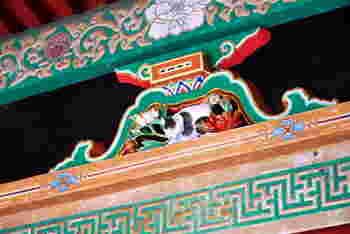 本殿の右手にある坂下門に、左甚五郎作の眠り猫がいます。小さいので見落とさないように!ここをくぐると、奥宮まで延々と207段もの階段が続いています。奥宮には、東照宮の祭神である、徳川家康廟があります。願い事を叶えてくれる叶杉にもお参りしてみてくださいね。再び本殿前まで戻ったら、陽明門の左側にある鳴き龍で有名な地堂(薬師堂)にも忘れずに立ち寄ってみてくださいね。