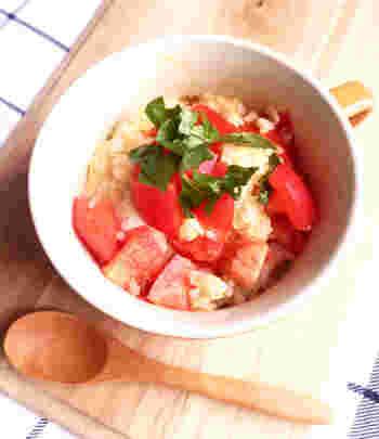 マグカップにごはん・カットしたトマト・コンソメ・溶き卵を入れてよく混ぜたらあとはレンジにお任せ♪お好みでバジルをトッピングして朝からお気に入りのマグカップ朝食でHAPPY♪