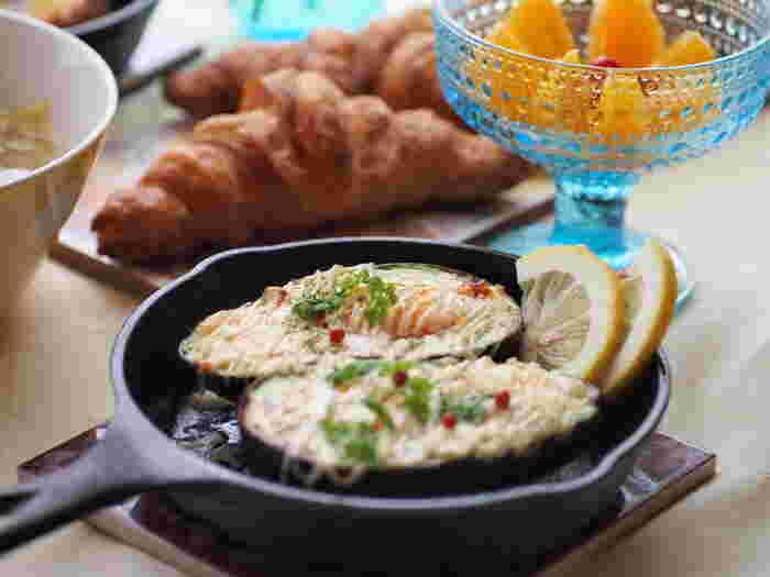 アボカドをオシャレに焼き上げた、華やかだけど手軽なオーブン焼きレシピです。オーブンが無くても、オーブントースターで美味しく焼き上げることができるのも嬉しいポイント。是非できたての熱々を頬張りたいですね。