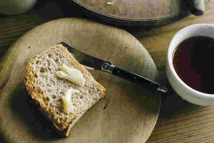 1920年の創業以来、職人によるハンドメイドで作られているジャンデュボのカトラリー。ステンレスとABS樹脂製のナイフは軽すぎず重すぎず手に馴染んで持ちやすい上、手入れも楽ちん。バターナイフですが、刃が付いているのでチーズや小さな果物もカットすることもできます。