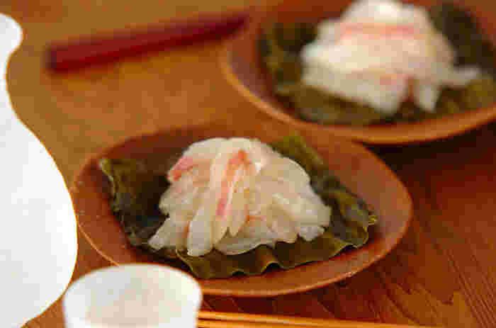 真鯛の刺身を昆布ではさみ、冷蔵庫で一晩寝かせます。身が締まって、昆布のうまみが移った真鯛はおいしさも格別です。とっておきの日本酒と合わせたくなる、極上の味わいをぜひどうぞ。