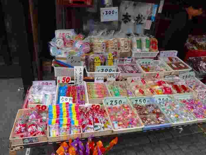 子供の頃に通った駄菓子屋さんのようなお店もたくさんあり、こちらのお店もそのひとつ。昔懐かしい味に思わず笑みがこぼれます。童心に返って、ラムネやゼリーを食べながら歩くのもいいですね。